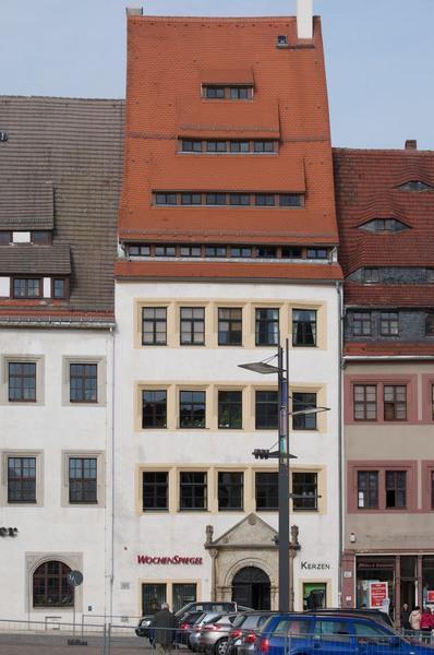Schmales Haus mit hohem Satteldach