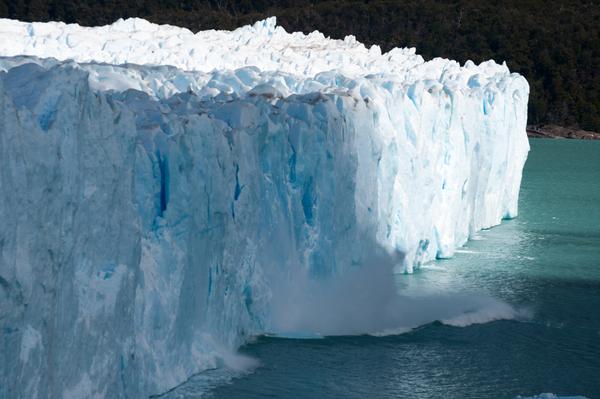 Fallendes Stück Eis am Perito Merino-Gletscher