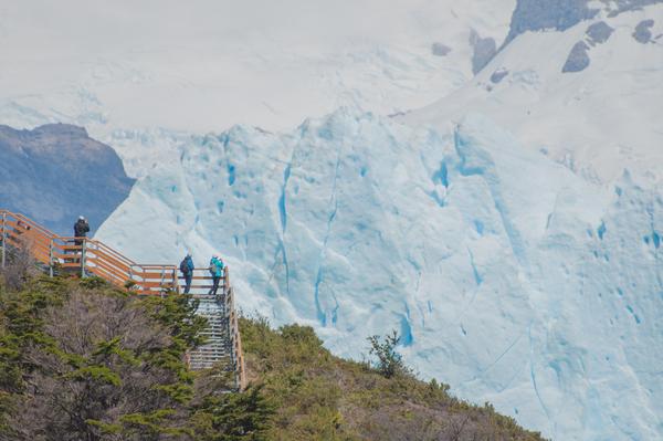 Touristen am Perito Moreno-Gletscher
