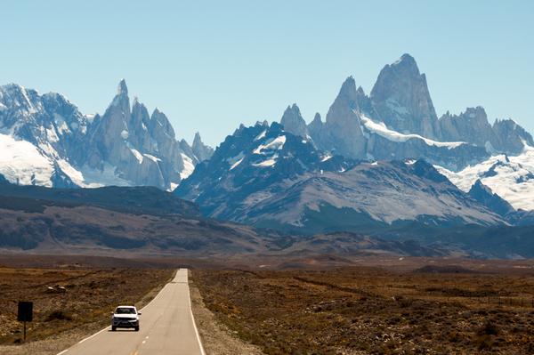 Straße nach El Chalten mit Fitz Roy und Cerro Torre