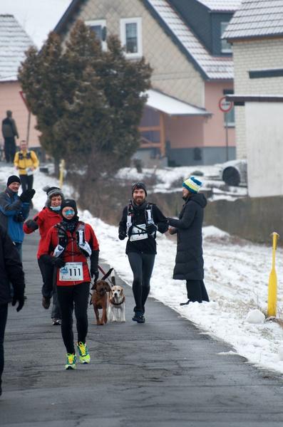 Mama läuft die letzten Meter zum Verpflegungspunkt Barbis (42,5km) mit