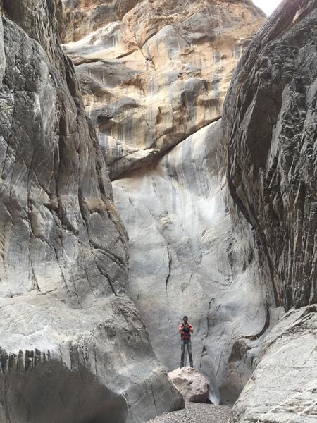 Thomas zwischen Felswänden