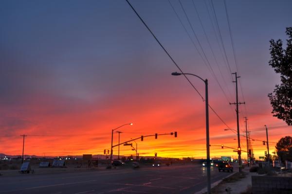 Sonnenuntergang in einer Kleinstadt in der Mojave-Wüste