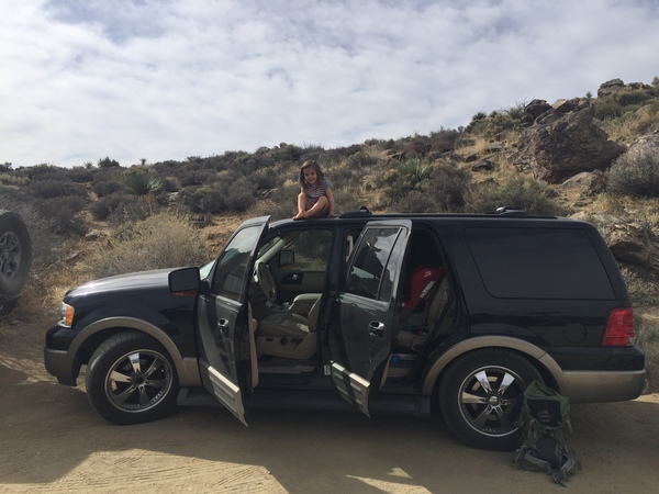 Kind auf Auto