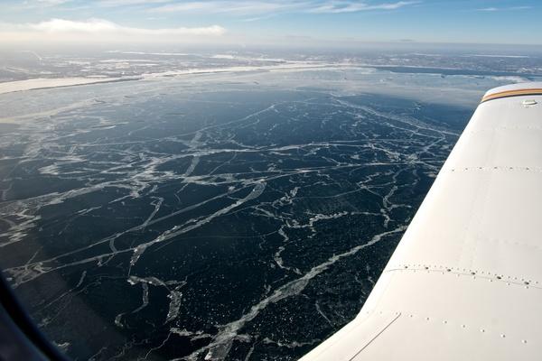 Blick auf den teilweise zugefrorenen See aus dem Flugzeug