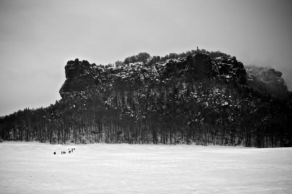 Andere Wanderer auf dem Feld vor dem Lilienstein