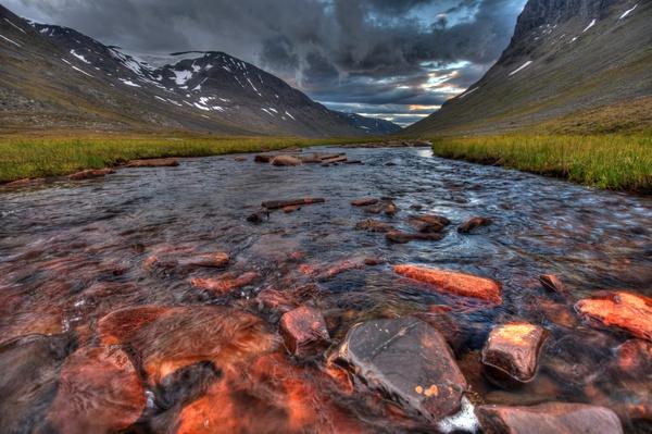 Steine im eisenhaltigen oberen Gálmmejåhkå