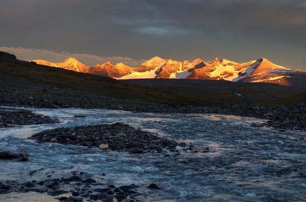 Luohttojåhkå, Louhttoláhko und Pårte-Massiv im Sonnenuntergang