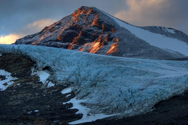 Eisfall des Svenonius-Gletschers und Ryggåsberget