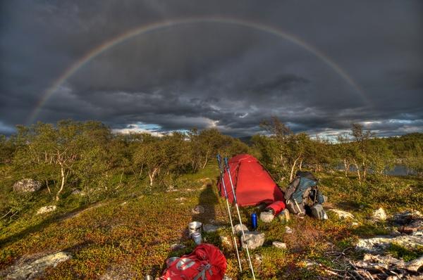 Regenbogen über dem Zelt am See 642m, unserem ersten Zeltplatz