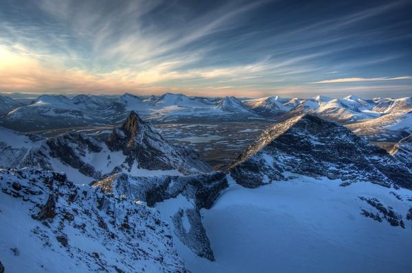 Blick vom Bårddetjåhkkå aufs Luohttoláhko mit dem markanten Gipfel Sáitáristjåhkkå im Vordergrund