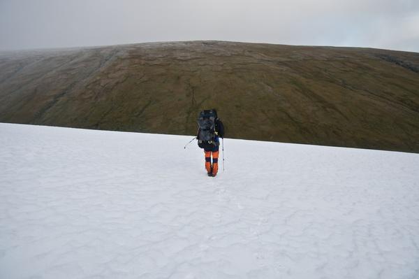 Schneefeld vor der Schlucht des Luohttojåhkå